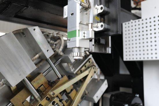 3D řezací laser s procesní hlavou